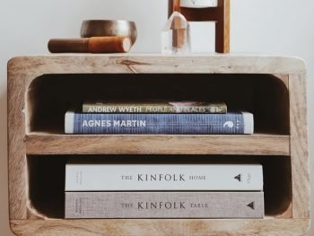 Reol i lille størrelse med plads til bøger på hylder og nips på toppen